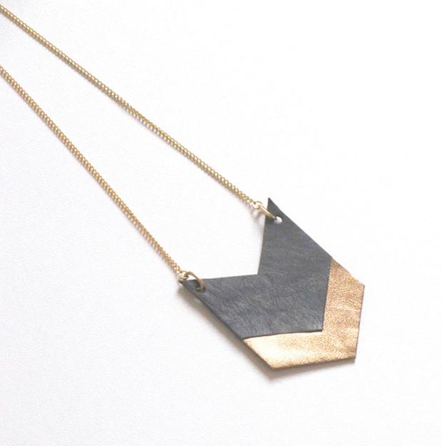 Halskette-aus-Leder-in-dunkelgrau--gold
