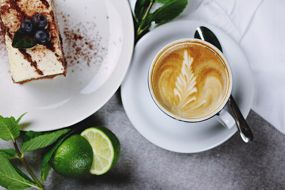 ein-plausch-bei-kaffee-und-kuchen